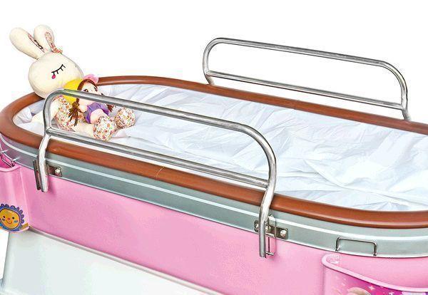 卡通画 病床跟前